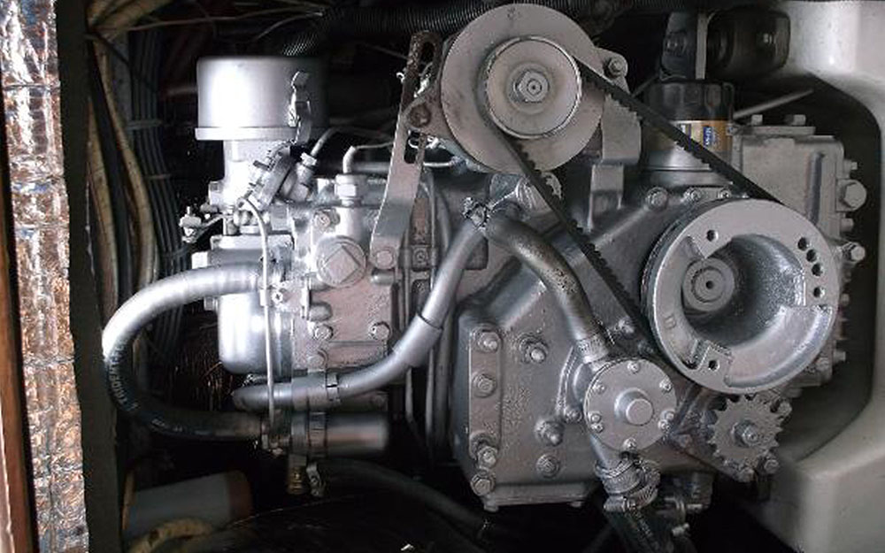 BIGBAYYACHTS-32-ENDEAVOR-Engine